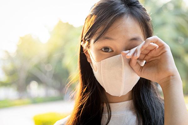 為預防社區感染加劇,戴口罩、多洗手、不摸眼鼻口是「最重要的三大原則」。(Shutterstock)