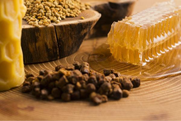 市面上有很多牙膏产品加蜂胶来预防蛀牙。(Shutterstock)