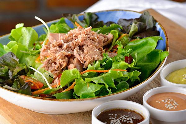 烹煮罐头时,除了不要再加调味料之外,还有个重点就是营养要均衡,比如肉类罐头要加生鲜蔬菜。(Shutterstock)