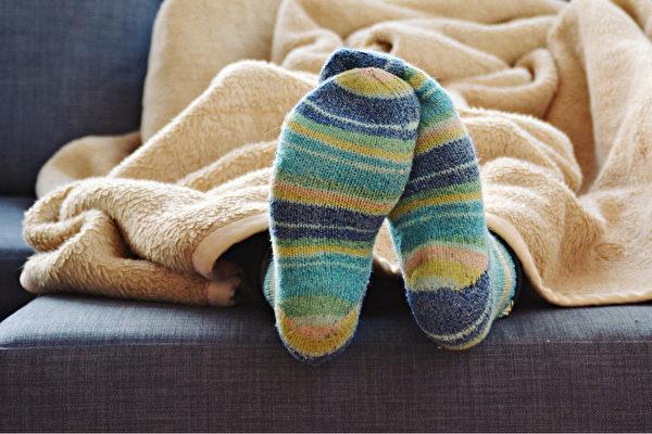 现体温较低、手脚冰冷代表血液循环不好,血液循环会影响免疫系统。(Shutterstock)