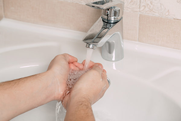 口罩并非万能,正确洗手可能更为重要。(Shutterstock)