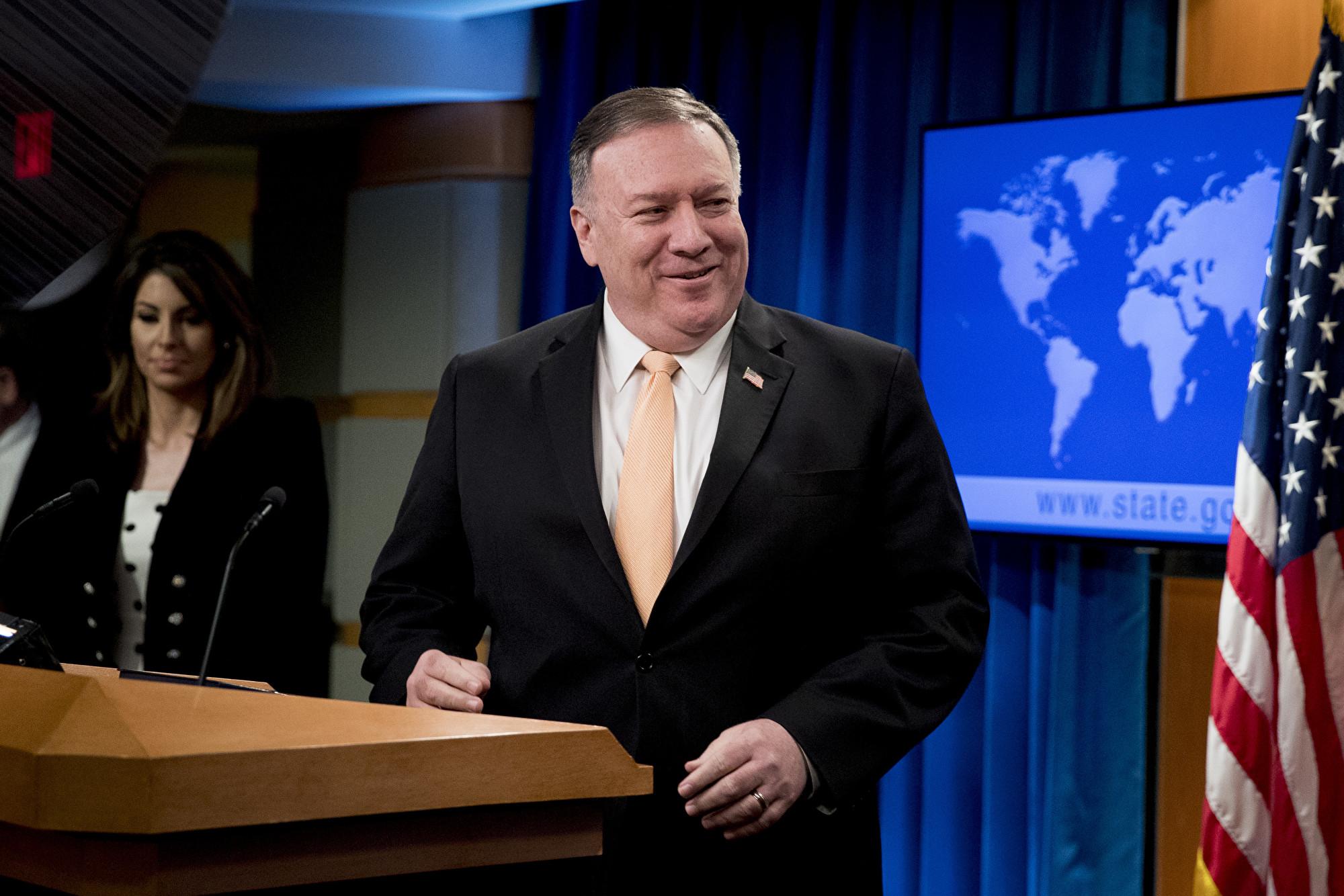 中共近期大搞「慷慨外交」,然而,根據美國國務院的資料,中共對國際社會的貢獻度與美國相比,只是「小巫」。圖為美國國務卿蓬佩奧。(Andrew Harnik/POOL/AFP)