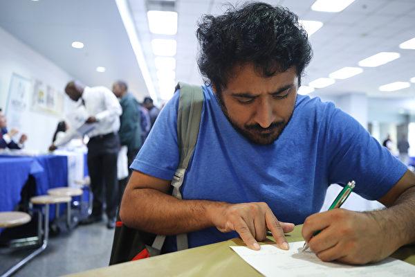 美国3月份减70万工作 失业率升到4.4%