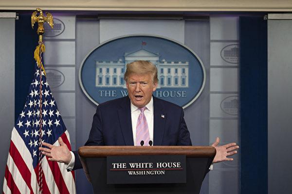 特朗普說:「我們將繼續使用擁有的一切權力,每一種資源,以確保我們的人民健康,安全,有保障,並使事情順利進行。」(Photo by JIM WATSON / AFP)