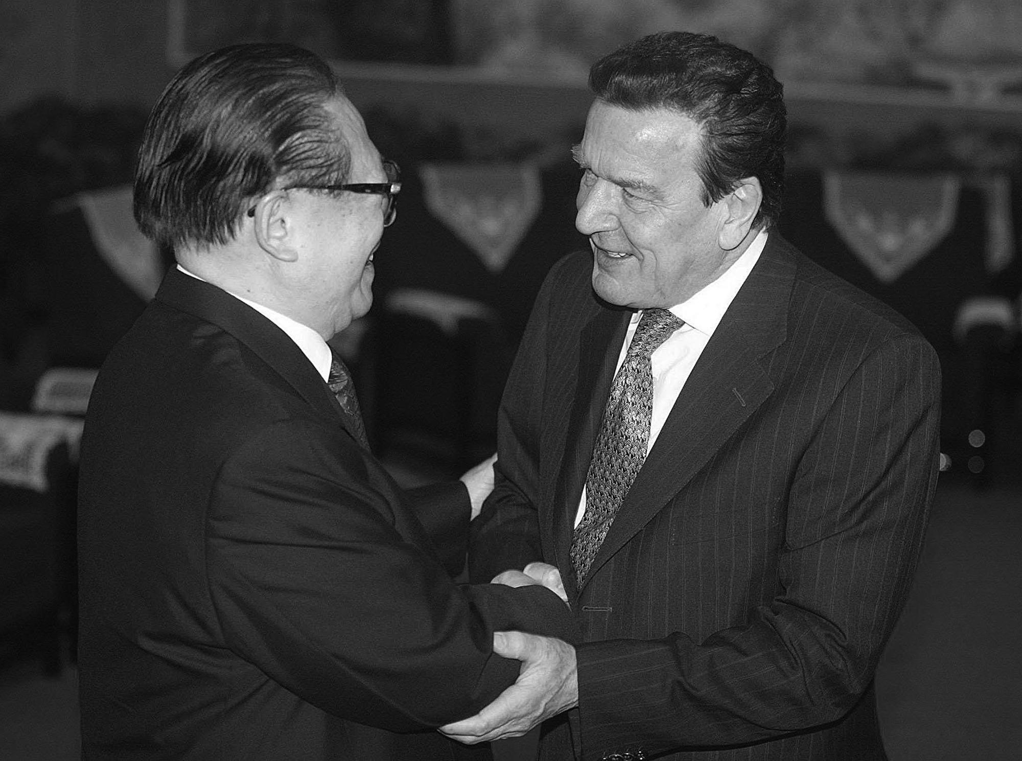 2002年12月30日,施羅德(右)在北京和中共前黨魁江澤民會面。 (Photo by FREDERIC BROWN / POOL / AFP)