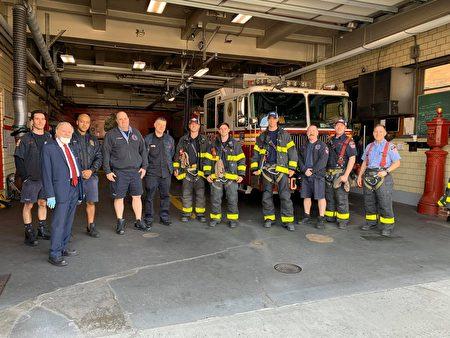 众议员寇顿向消防人员赠送热餐。