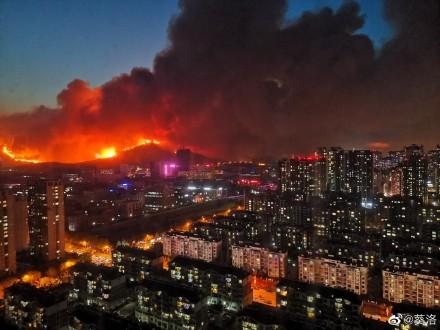 青岛小珠山大火 烧到城市街道 居民急撤