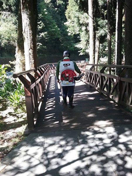阿里山森林遊樂區木棧道消毒。