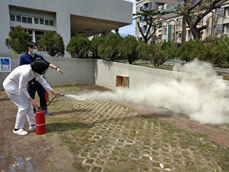 桃園療養院防災教育演練--滅火器實際操作。