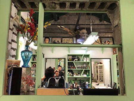为了回味当年光景,路易斯老板寻找老物,店内陈列复古电棒发雕烫、吹风机、当年流行的塑胶花与花器、串珠门帘等,皆在店内完整呈现。