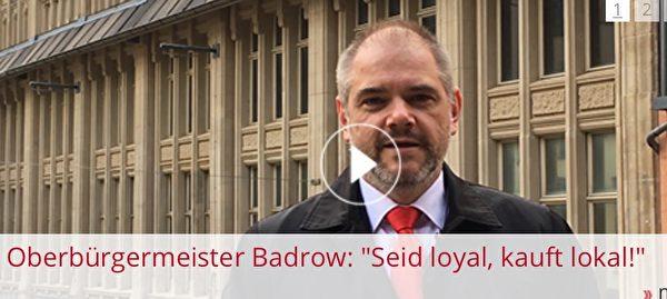 影片下方的字幕顯示為:「市長亞歷山大·巴德羅說:『忠誠,在本地購買!』」(影片截圖)