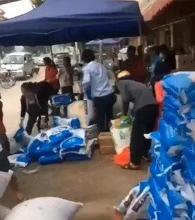近日,廣東出現村民大量瘋搶食用鹽的情況。(網絡圖片)