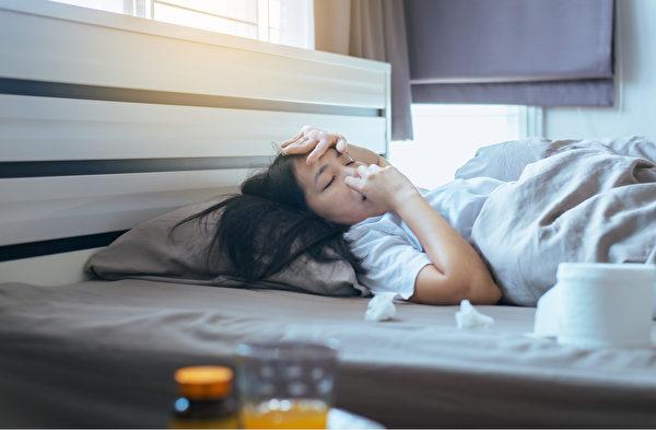 过敏患者如果出现发烧、头痛等症状,就要提高警觉。(Shutterstock)