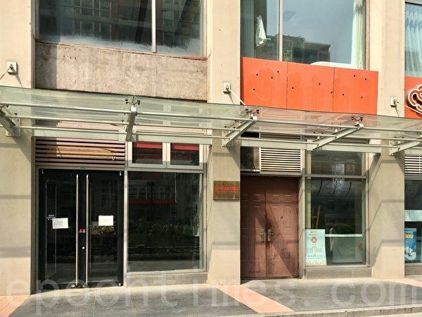 3月31日,北京CBD辦公樓內倒閉的店舖。(大紀元)