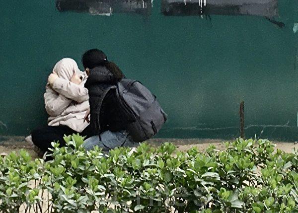 3月31日,在北京CBD的SOHO現代城樓下,一男子情緒崩潰,放聲大哭。(大紀元)