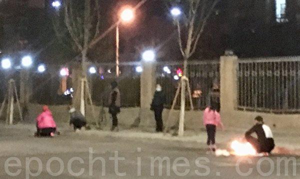 3月31日,北京街頭燒紙祭奠的民眾。(大紀元)
