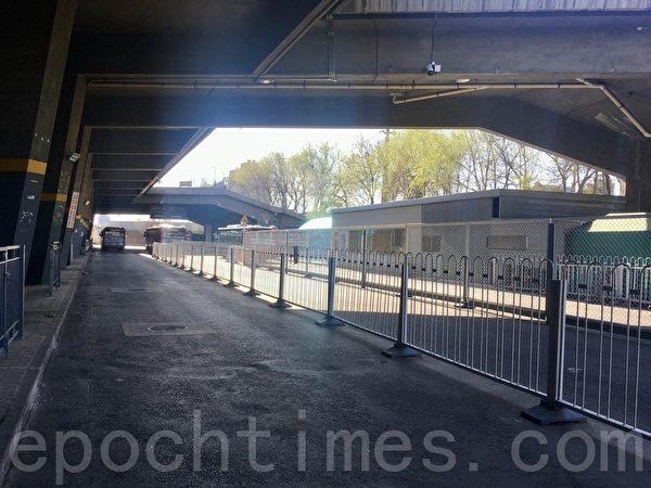3月27日,六里橋客運主樞紐外零散的公交,無乘客乘坐。(大紀元)