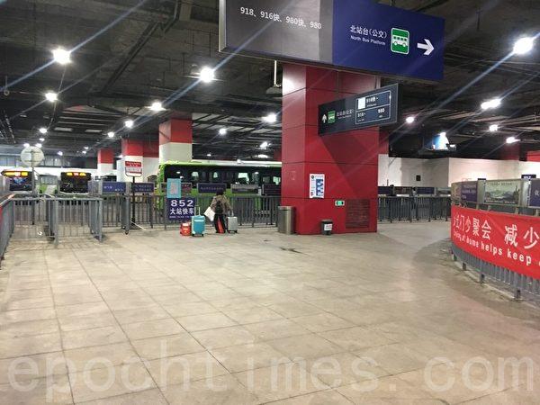 3月31日晚高峰,東直門樞紐站候車點乘客較少。(大紀元)