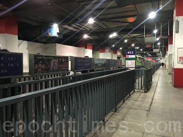 3月31日晚高峰,東直門樞紐站開往平谷的候車點人很少。(大紀元)