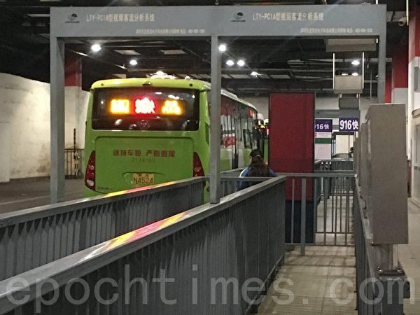 3月31日晚高峰,東直門樞紐站開往懷柔的巴士乘客很少。(大紀元)