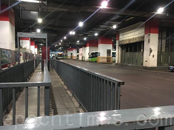 3月31日晚高峰,東直門樞紐站空蕩的候車站。(大紀元)