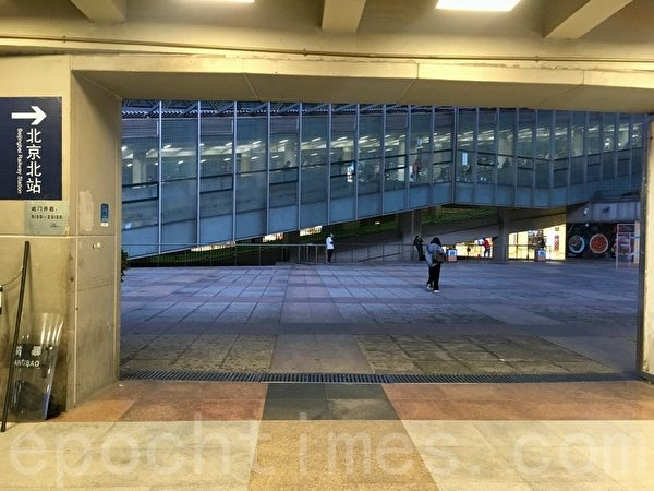 3月31日晚高峰,西直門交通樞紐大門旁的防暴器械。(大紀元)
