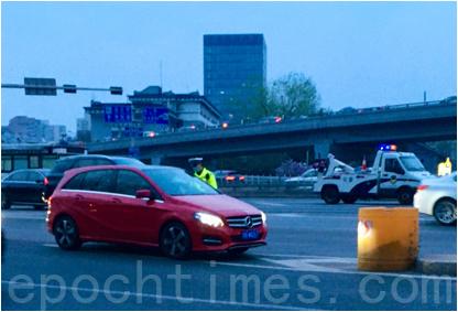 3月31日,西直門交通樞紐外有警察攔車安檢。(大紀元)