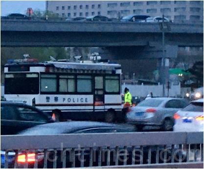 3月31日,西直門交通樞紐外的警車與警察。(大紀元)