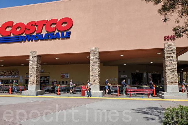 圖為4月3日聖地牙哥一家Costco店前,顧客保持6距離等待進入店內。店內也限制人數以保證社交距離。(大紀元圖片)