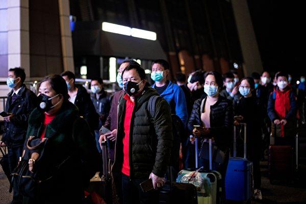 2020年4月8日,湖北武漢,武昌站準備搭車的民眾。(NOEL CELIS/AFP via Getty Images)