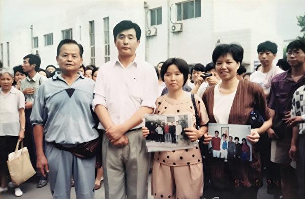 中國法輪功濟南第二期學習班於1994年6月21日開班,李洪志老師(前左2)與台灣來的鄭文煌(前左1)、何來琴(前左4)夫婦合照。(博大出版社提供)