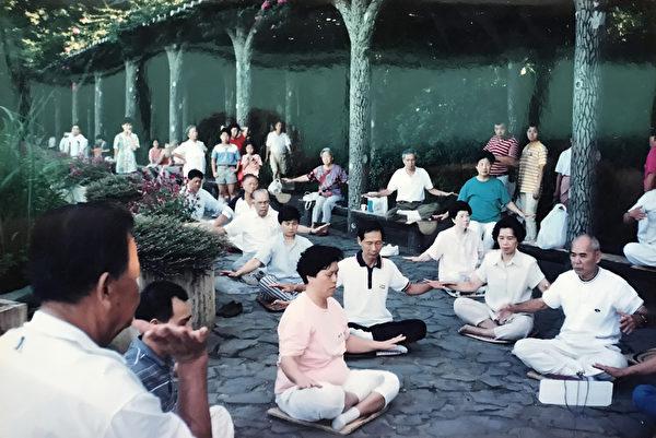 1995年4月台灣首個法輪大法「煉功點」成立,陽明山前山公園煉功點,很短時間內就有很多人加入。(何來琴提供/博大出版社)