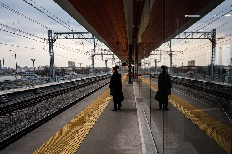 4月8日,莫斯科Nizhegorodskaya火車站一名等車的民眾。(DIMITAR DILKOFF/AFP via Getty Images)
