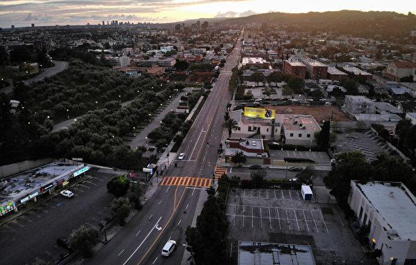 2020年4月6日,鳥瞰加州洛杉磯,空蕩蕩的荷里活大道。(Mario Tama/Getty Images)