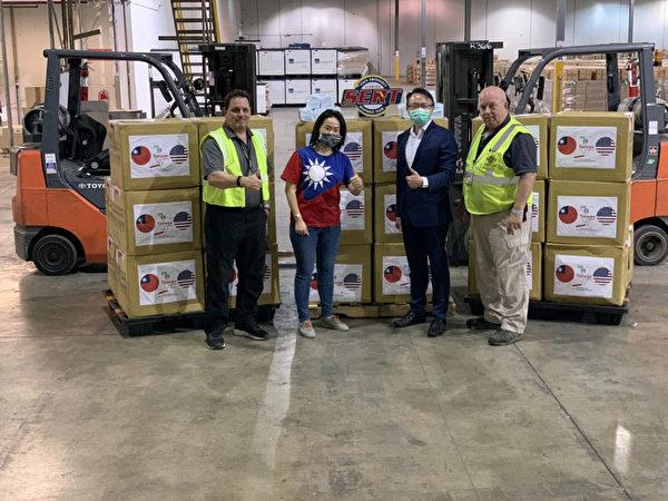 邁阿密經文處長錢冠州(右2)代表政府將10萬片醫療口罩捐贈給佛羅里達州政府物流倉儲中心,由中心主任艾根(右1)代表佛州政府接受。(邁阿密經文處提供/中央社)