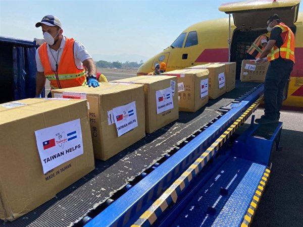 中華民國外交部長吳釗燮4月10日推文表示,援贈中美洲友邦的口罩已安全抵達當地,台灣人民對於可以在朋友需要時伸出援手,感到驕傲。(twitter.com/MOFA_Taiwan)