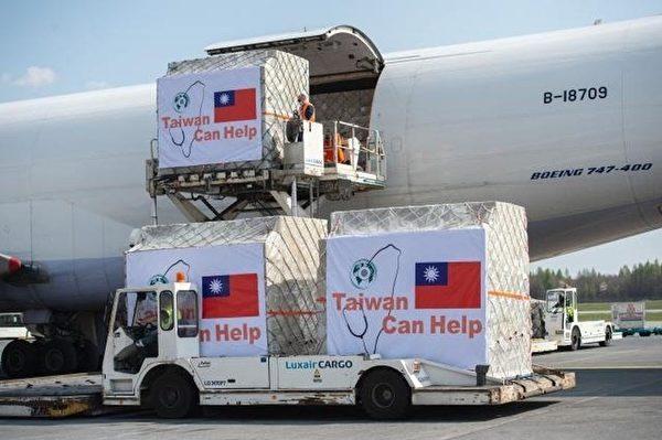 台灣援助11個歐洲國家的700萬片口罩已分三批運送。圖為其中一批抵達盧森堡。(圖取自歐盟網頁audiovisual.ec.europa.eu)