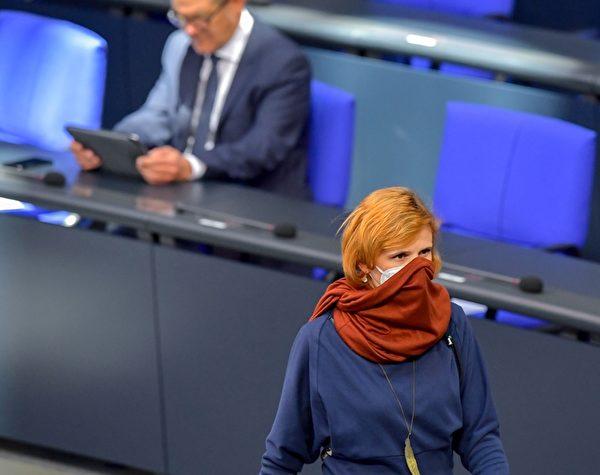 左翼「 Die Linke」黨的聯合領導人卡特婭‧基平(Katja Kipping)戴著口罩,她2020年4月23日到達柏林德國聯邦議院參加會議,(TOBIAS SCHWARZ/AFP via Getty Images)