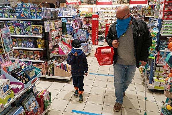 自2020年3月中共病毒大流行以來,一家玩具商店在4月22日開始營業,5歲的Rihan和他的父親Erdem戴著自製的口罩來到這家店。(Sean Gallup/Getty Images)