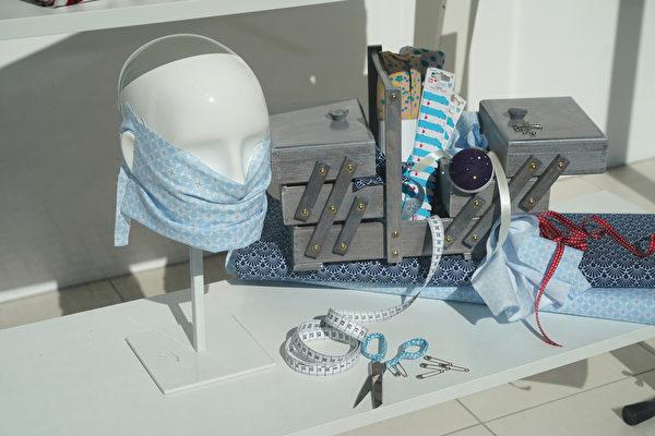 2020年4月22日,因中共病毒大流行,德國柏林一家百貨公司的櫥窗展示了用於製作DIY口罩的材料及其它用品。(Photo by Sean Gallup/Getty Images)