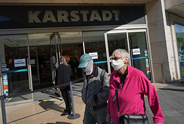 自2020年3月中共病毒危機期以來,德國柏林的Karstadt百貨商店在4月22日首次開張,兩位戴著防護口罩的老年人來到Steglitz區主要購物街。(Sean Gallup/Getty Images)