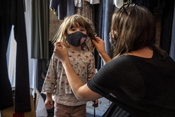 自2020年3月以來精品店「 Rau Berlin」商店首次開張,4月22日老闆Xana Yva Zepplin為女兒戴上了時尚防護口罩。 ( Maja Hitij/Getty Images)