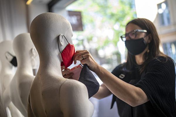 2020年4月22日,「 Rau Berlin」精品店老闆Xana Yva Zepplin在模特身上戴時尚防護口罩。這是自3月德國柏林爆發中共病毒(武漢肺炎)以來,他首次開張自己的商店。( Maja Hitij/Getty Images)