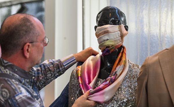 2020年4月22日,德國的名裁縫沃爾夫岡‧申克(Wolfgang Schinke)在德國西部克雷菲爾德的裁縫工作室的模特頭上戴上了時尚防護口罩。(AFP via Getty Images)