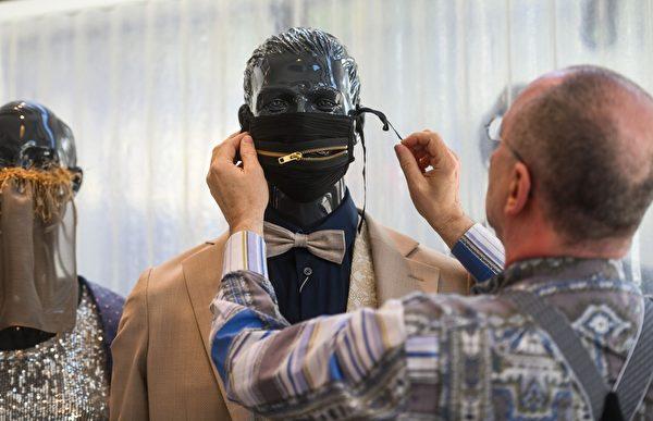 2020年4月22日,德國的名裁縫沃爾夫岡‧申克(Wolfgang Schinke)在德國西部克雷菲爾德的裁縫工作室,給模特頭上戴上了時尚防護口罩。(AFP via Getty Images)