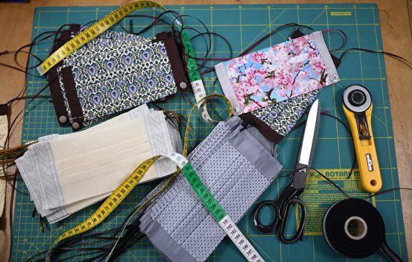 2020年4月22日,在德國西部的克雷費爾德(Kolfeld),沃爾夫岡‧申克(Wolfgang Schinke)的裁縫工作室 展示了自製的時尚防護口罩。申克與他的搭檔Pierre Zielinski合作,創作了一套小型而又高度獨家的高檔定制時裝系列,收入的10%將用於「 Krefelder Tafel」社交項目。(AFP via Getty Images)