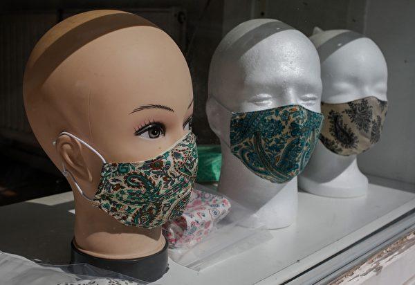 2020年4月22日,在柏林克羅伊茨貝格(Berlin's Kreuzberg)區,一家修鞋店的櫥窗中展出自製的時尚防護口罩。(INA FASSBENDER/AFP via Getty Images)