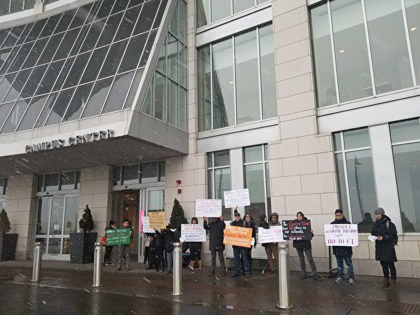 2018年2月,反共人士在麻州大學波士頓分校抗議孔子學院。(西藏行動組織提供)