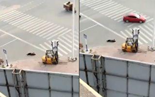 【現場視頻】安徽蚌埠一人倒地抽搐 無人問津