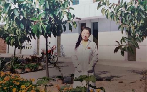 在化驗室上班時的譚海燕,修煉法輪功後的她幸福快樂。(明慧網)